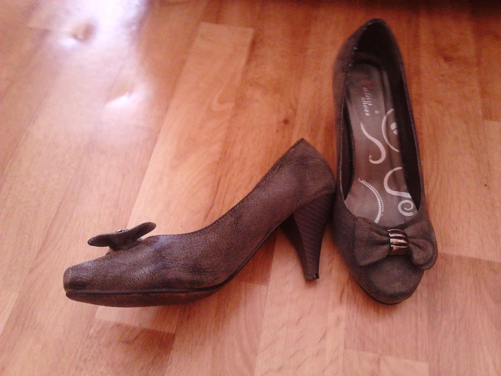 Předsvatební přípravy - Já jako nevěsta budu celá v bílém. Jen květinu budu mít dozelena. Tudíž k tomu tyhle boty absolutně neladí. Ale pro mě i tak byly jasná volba číslo jedna. Jsou jako střevíčky pro Popelku. Navíc mají pro mě i snoubence zvláštní symboliku. ;-)