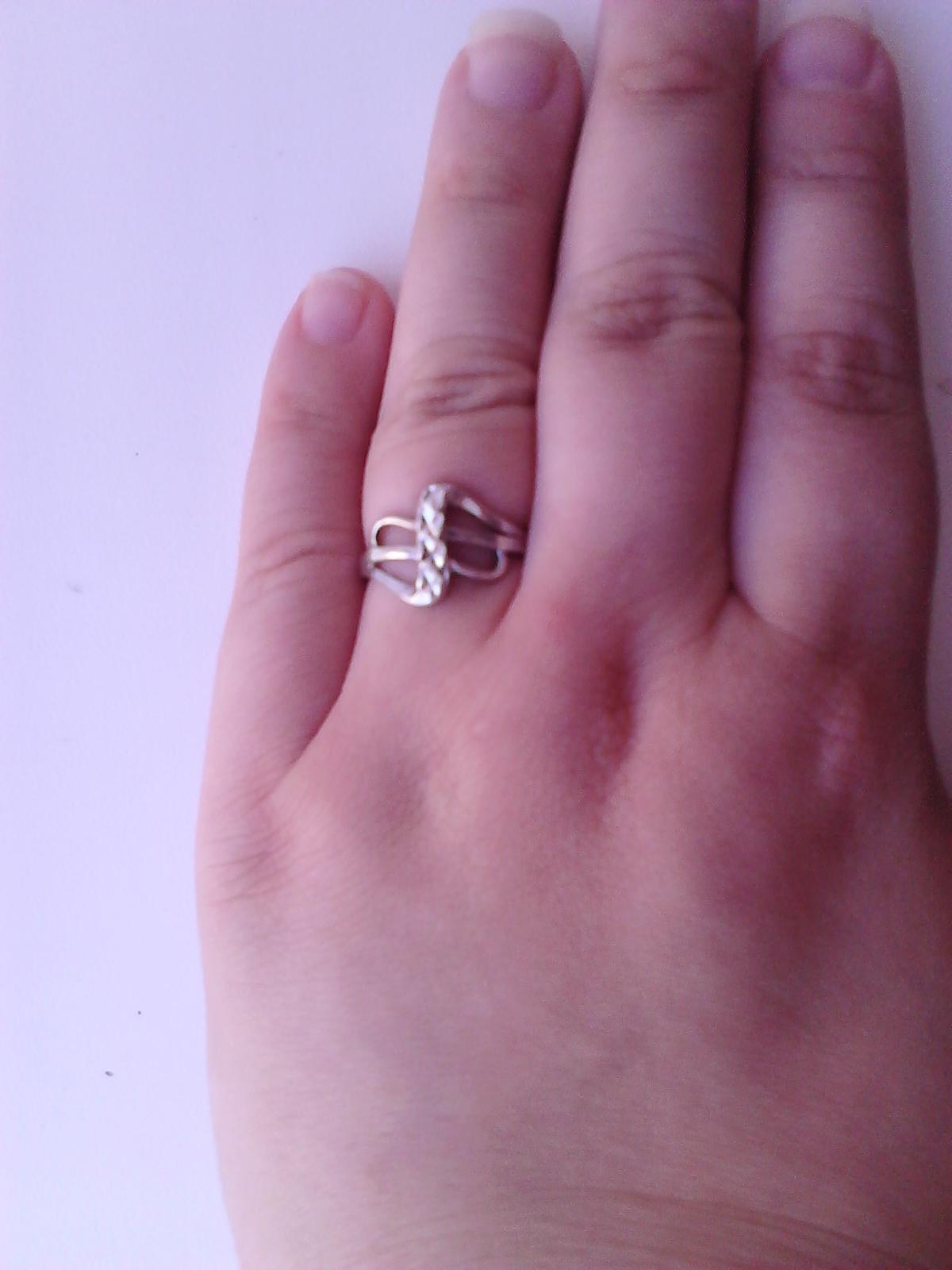 Předsvatební přípravy - I u mě to začalo tímhle. Zásnubní prstýnek. Snoubenec chtěl, aby vypadal jako korunka pro princeznu. Myslím si, že se mu to povedlo. :-)