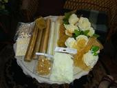Svadobná výzdoba - organzy, stuha, pierka, kvety,