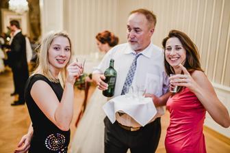 Svatební slivovice vypálená v roce narození nevěsty. Takže pořádnej archiv. :-)