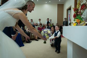 Naše malé krstniatko Leonard nám priniesol prstienky. bol nesmierne rozkošný ♥