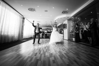 Po polievočke nasledoval mladomanželský tanec, trošku netradičný :)