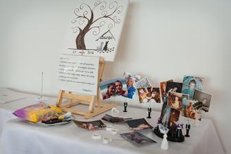 Svadobný strom - handmade. Pri svadobnom strome sme mali vyložené naše fotky z detstva aj spoločné, o zábavu bolo postarané :D