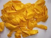 žluté balonky,