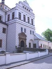 Toto je místo činu-zámek Pardubice. Pokud to počasí dovolí bude obřad na zámeckých valech. Pokud bude šeredně spácháme to v rytířském sálu. Vše je již domluveno.