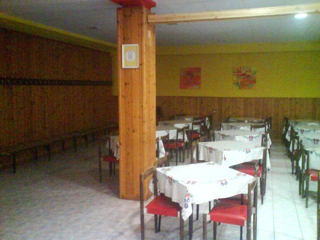 Sála, Strojnícka priemyslovka Prešov, jedáleň - stena s vešiakmi pri vchode