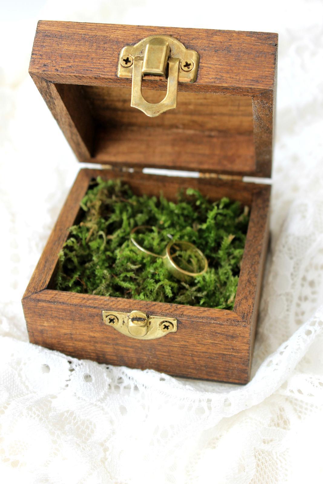 Drevená krabička na obrúčky s prírodným machom - Obrázok č. 4