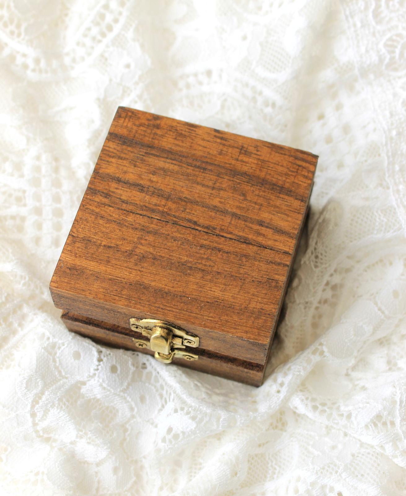 Drevená krabička na obrúčky s prírodným machom - Obrázok č. 2