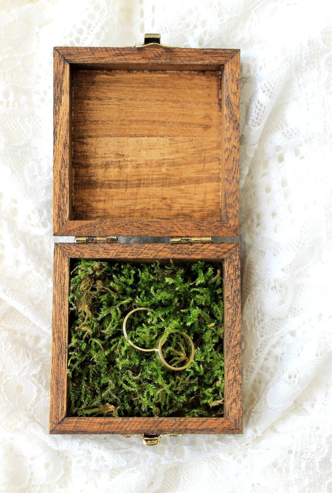 Drevená krabička na obrúčky s prírodným machom - Obrázok č. 3