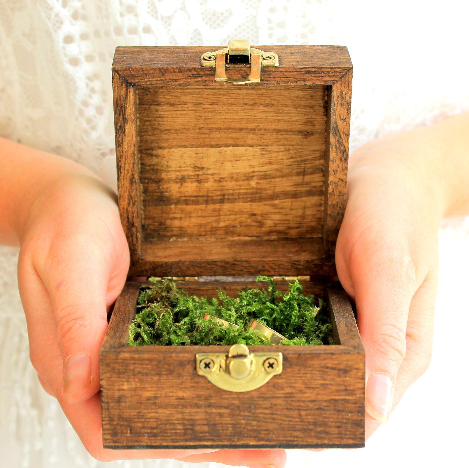 Drevená krabička na obrúčky s prírodným machom - Obrázok č. 1
