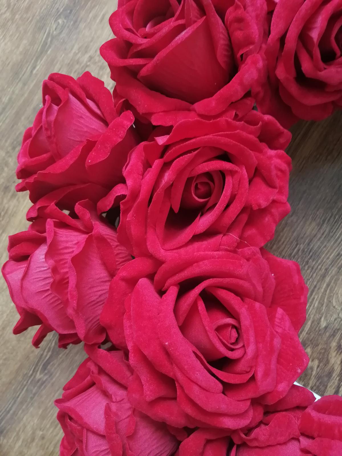 Veniec z červených ruží - Obrázok č. 1