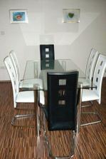 Jídelní stůl z tvrzeného skla se 6 židlemi (černé a bílé)