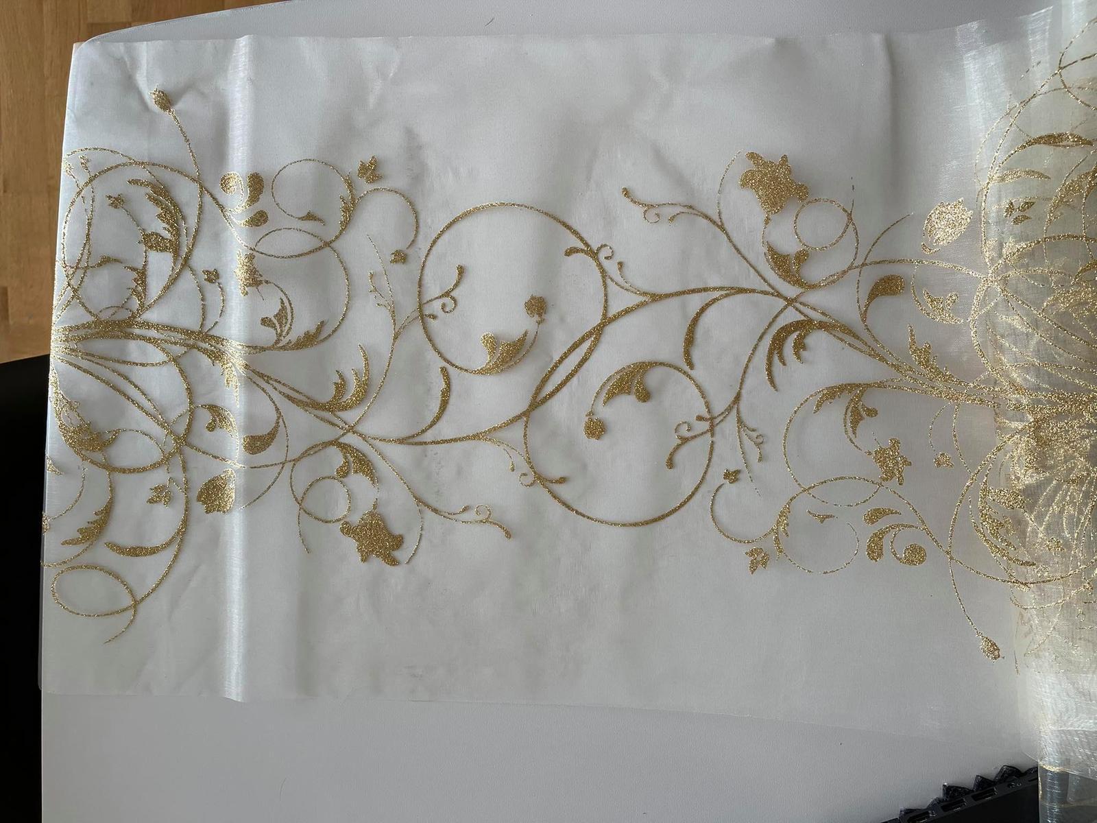 Organza se zlatým vzorem - Obrázek č. 1