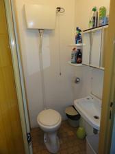 Spodní záchod.