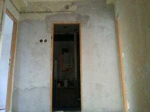 Pohled ze schodiště na koupelnu, zde budou posuvné dveře.