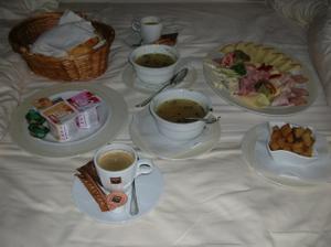 Naše první novomanželská snídaně přinesená až do pokoje:) Byla výborná!