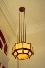 Secesni, nebo v tomle pripade art deco stropni svetlo by se mi libilo do predsine nebo koupelny. Ale jen u vysokych stropu :).