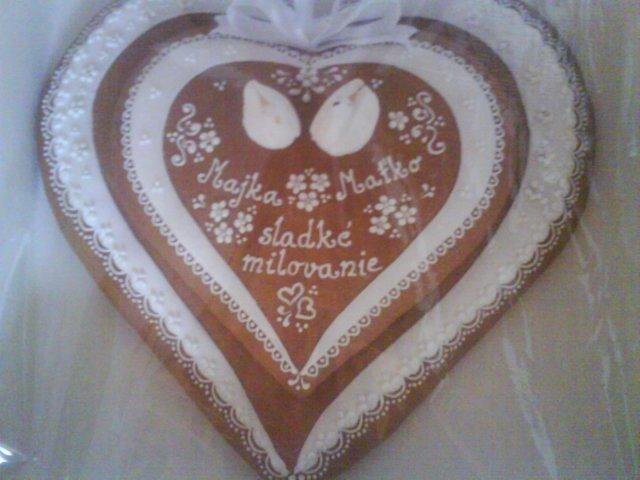 Majuska287 - naše spoločné medovníkové srdiečko, kt. sme si dali urobiť a ešte nám aj ostane po svadbe dlhé roky na pamiatku:o)...to na vrchu sú dve hrdličky, ale takto ich nevidno dobre...