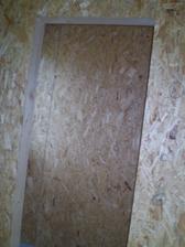 vchod do špajze a popísané steny od elektrikára