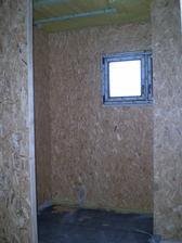 kúpeľka- po ľavej strane sprcháč, za steno na ľavej strane vaňa a oproti vani WC za tou stenou na pravej strane
