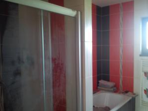 kúpeľňa - sprcháč tesne po použití zarosený, vaňa