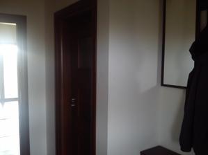 otvorené dvere sú do domu a zatvorené do malého WCka