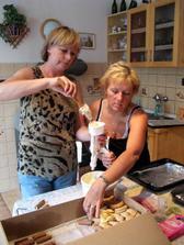 Mamky zdobí cukroví...