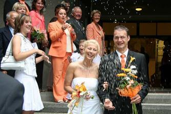 Manželé vycházející z kostela....