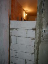 buduci vyklenok na chladnicku a z opacnej strany bude wc (bude to vymurovane az dohora)
