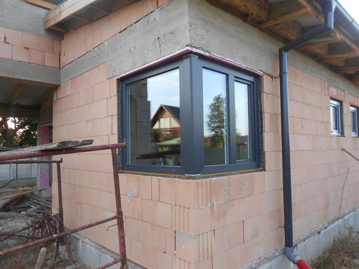 Náš víkendový dom - Konečne okná... :-) Len ešte dva týždne počkať, kým spravia nové posuvné... :-(