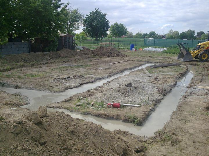 Náš víkendový dom - Koniec prvého dňa prác - základy zaliate