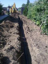 Prípojky zahrabané, kopeme a ukladáme kanalizáciu