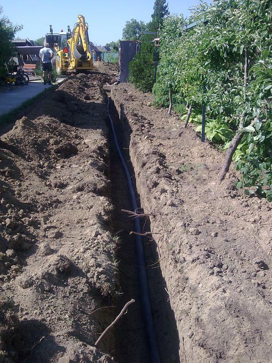 Náš víkendový dom - Prípojky zahrabané, kopeme a ukladáme kanalizáciu
