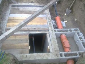 Vodomerná a kontrolná kanalizačná šachta hotové, čakajú len na deku...
