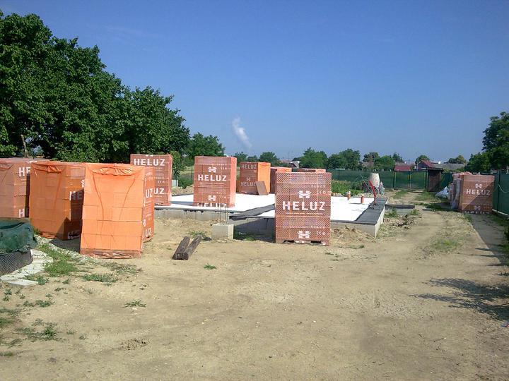 Náš víkendový dom - 14.6.2011 Tehla navezená, penetrácia natretá, ipa nalepená...
