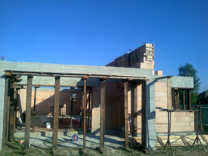 Náš víkendový dom - Nadmurované dva rady, a už zaliaty polmetrovy veniec...  a pripravene pre strecharov :-D