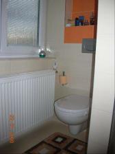 WC za sprchovym kutom