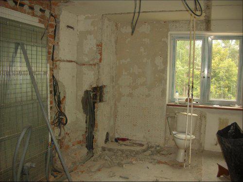 Premeny - Kuchyňa počas rekonštrukcie (pôvodne tu bola kúpelňa a wc)