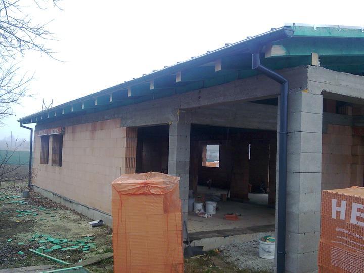 Náš víkendový dom - 29.11.2011 Strecha hotová... krásna práca :-)