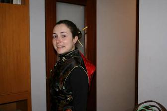 Buduca nevesta Mª Jose, rozlucka so slobodou. Oblecena v cinskom obleku.