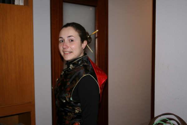 Pripravy na moju svadbu - Buduca nevesta Mª Jose, rozlucka so slobodou. Oblecena v cinskom obleku.
