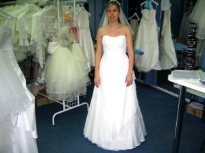 tak jsem si byla před svatbou vyzkoušet šaty s botami...