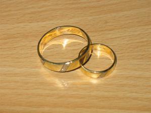 naše snubáčky - ženich má obrovský prsten - je to kus chlapa!!