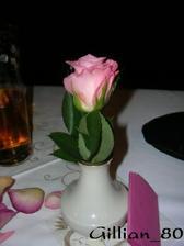květinová dekorace na stolech - růžička stála před každým ze svatebčanů