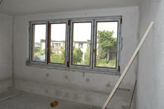 Ložnice - koncem června 2010, nově namontovaná plastová okna a elektrika už zaházená...