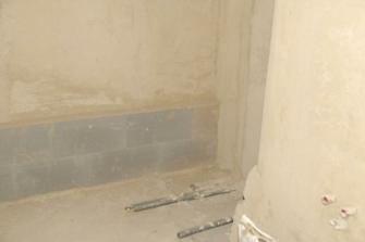 horní koupelna - srpen, hotové nové omítky, rozvody vody, topení a římsa za vanou...