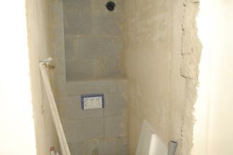 srpen 2010, horní wc už zazděné a nahozené...