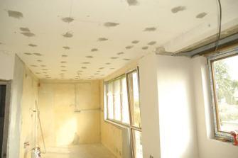 pohled z obýváku do kuch. koutu, původně kuchyňky oddělené zdí...