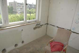 Ložnice červen 2010 - tady máme ještě původní okna, vše je vybouráno a už nové rozvody elektřiny...