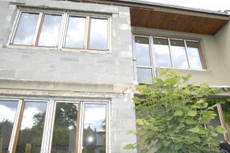 Zvětšená půlka domku s novými okny...